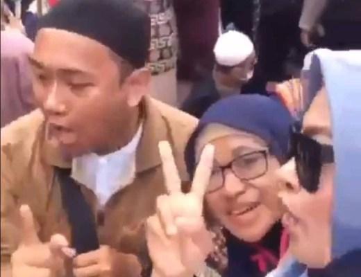 Mann wurde verhaftet, weil er drohte den Präsidenten Joko Widodo zu enthaupten / Screenshot: Twitter