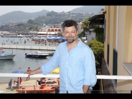 Andy Serkis fotografato all'Albergo della Regina Isabella di Ischia