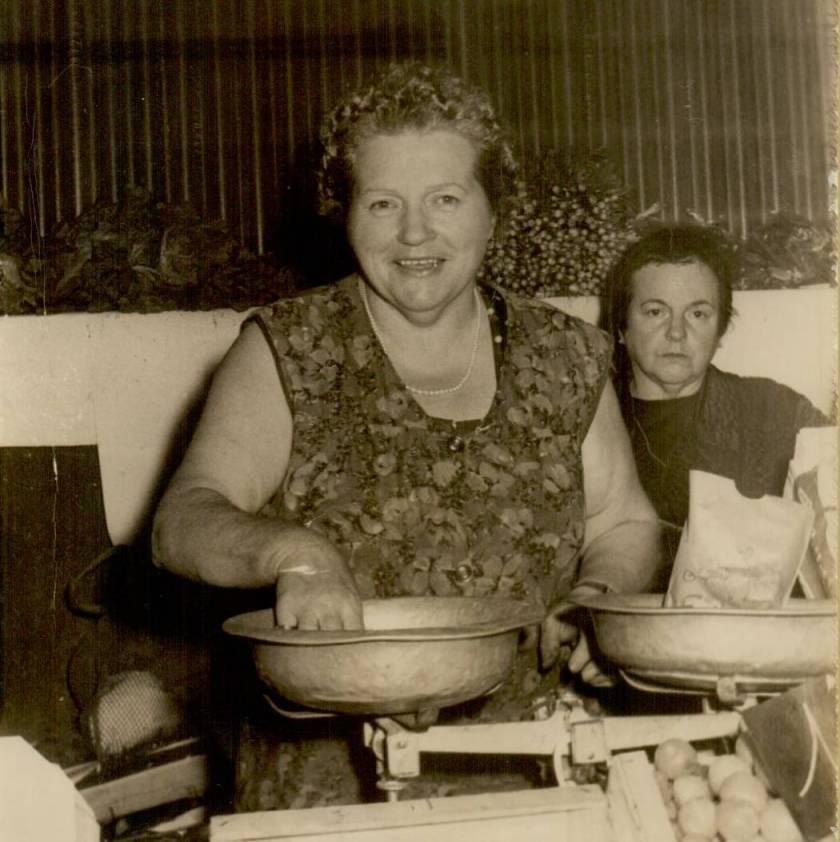 1971 : Yvonne Lacaze et sa sœur Marguerite Laricq (elle aussi commerçante aux halles)
