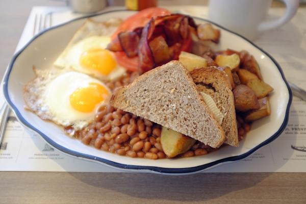 Mi Full breakfast, con fried eggs, wet, sunnyside up. Hay que definir muy bien cómo quieres los huevos. Lo mejor es lo de sunny side up, hay gente que quiere la yema hacia abajo :S
