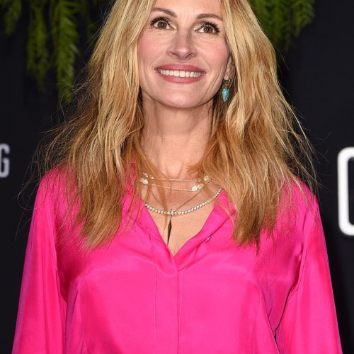 [Photos] Julia Roberts fabulous in pink at movie premiere