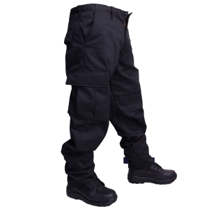 Pantalón negro tipo comando.