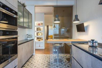 cucina con porta scorrevole