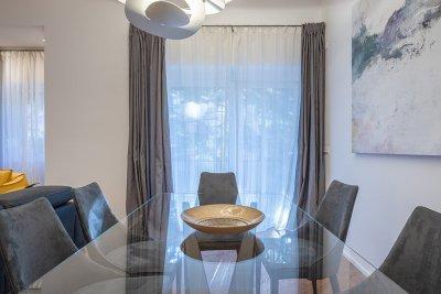 soggiorno - particolare tavolo da pranzo in vetro