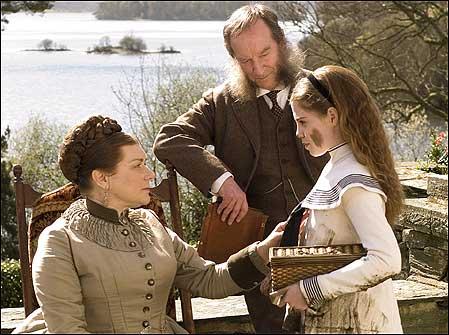 Beatrix niña con sus apretados padres