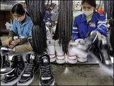 Công nhân tại một xưởng gia công giày ở Việt Nam