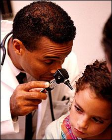 Un médico examina a una niña