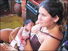 Cleidiane de Souza Pereira e o filho, Wallisson, de 17 dias (Foto: Alessandra Corrêa)