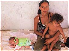 Lívia Amanda Mendes Leite, o filho, Luan Vinícius, de 27 dias, e a filha, Amanda Letícia Leite Santos, de 1 ano e 8 meses (Foto: Alessandra Correa)
