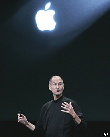 Steve Jobs bajo el logo de Apple