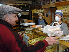 Empleados de una panadería en Quilmes, Buenos Aires, con mascarillas