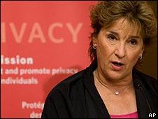 Jennifer Stoddart, comisionada de Privacidad en Canadá