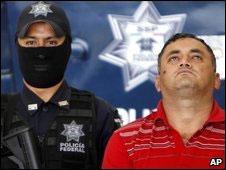 Policial e Miguel Angel Beraza. Foto: AP