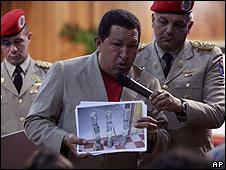 Hugo Chávez muestra foto de lanzacohetes en Miraflores.