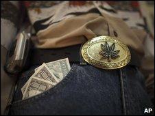 Muñeco disfrazado de narcotraficante en el Museo de la droga en México