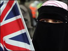 مسلمة تحمل علما بريطانيا