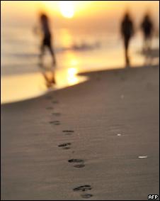 Paseantes en una playa