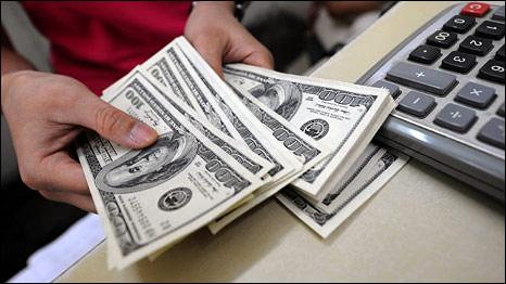Một nhân viên đếm đô la ở Hà Nội