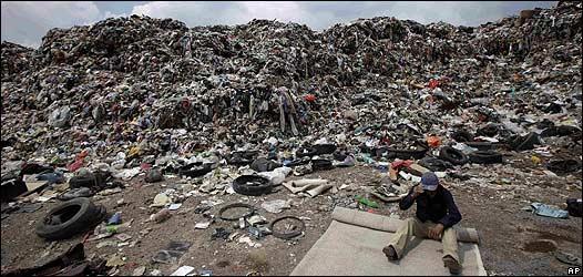 Hombre en un vertedero de basura en Ciudad de México, 3 septiembre 2009