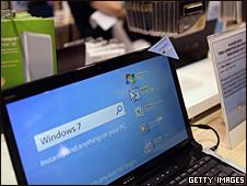 Un computador portátil muestra el Windows 7