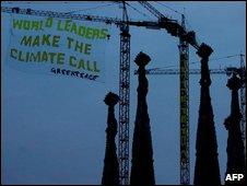 Bandera colgada por Greenpeace en Sagrada Familia