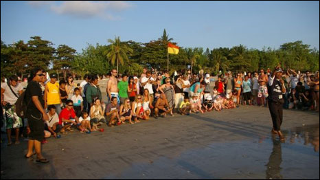 Melibatkan turis dan masyarakat dalam melepaskan anak penyu di Kuta