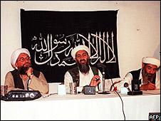 Osama Bin Laden (centro) en una fotografía tomada en 1998
