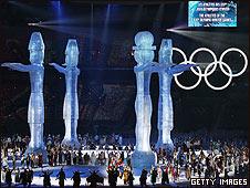 Estatuas en la pista de hielo del estadio olímpico en Vancouver
