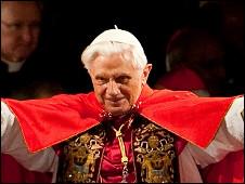 El papa Benedicto XVI extiende los brazos