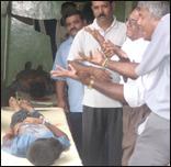 சம்பவத்தில் கொல்லப்பட்ட சிறுவனின் சடலத்தின் முன்பாக கதறியழும் உறவினர்கள்
