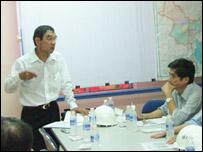Ông Huỳnh Ngọc Sỹ (người đứng) trong một cuộc họp