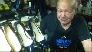 Minas Polychronakis en su tienda de zapatos