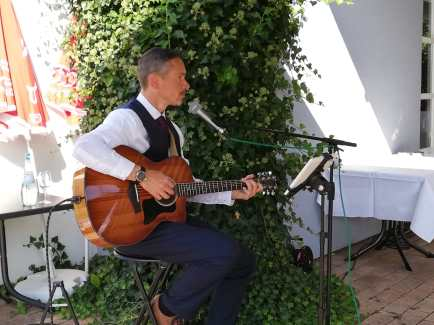 Chris spielt unplugged auf einer Hochzeit