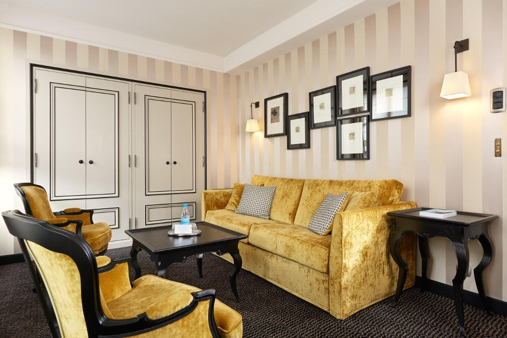 Pavillon de la Reine junior suite lounge