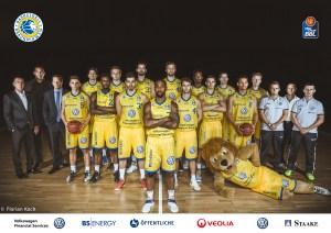 Basketball Löwen Braunschweig - Teamfoto mit Sponsoren