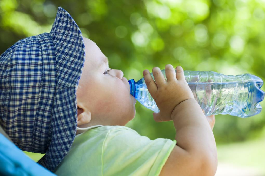 bbnove e-shop puériculture design - concept store made in france pour bébés toddler drinking water from a bottle