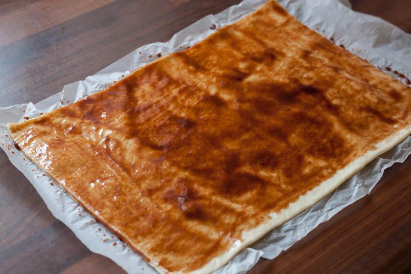 Pizzaknopen - smeer de saus op het deeg
