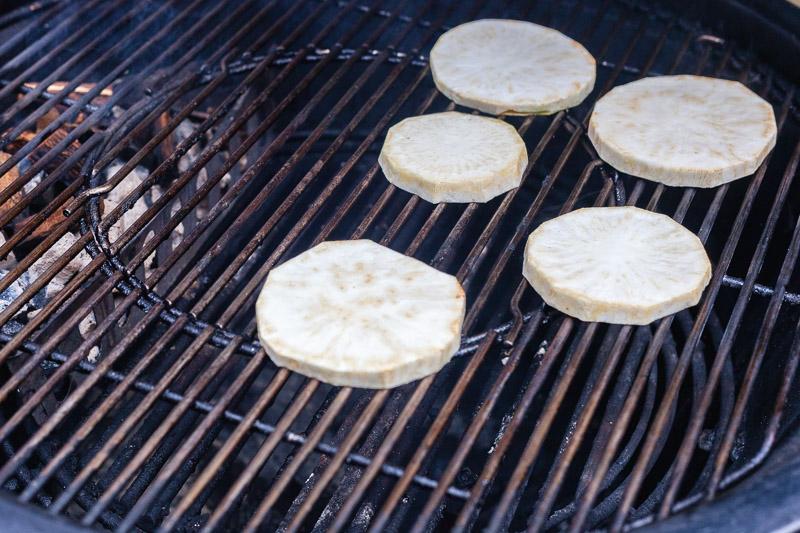 Knolselderij roken op de barbecue