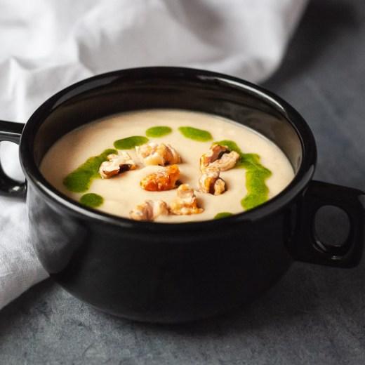Gerookte selderijsoep met gekaramelliseerde walnoten