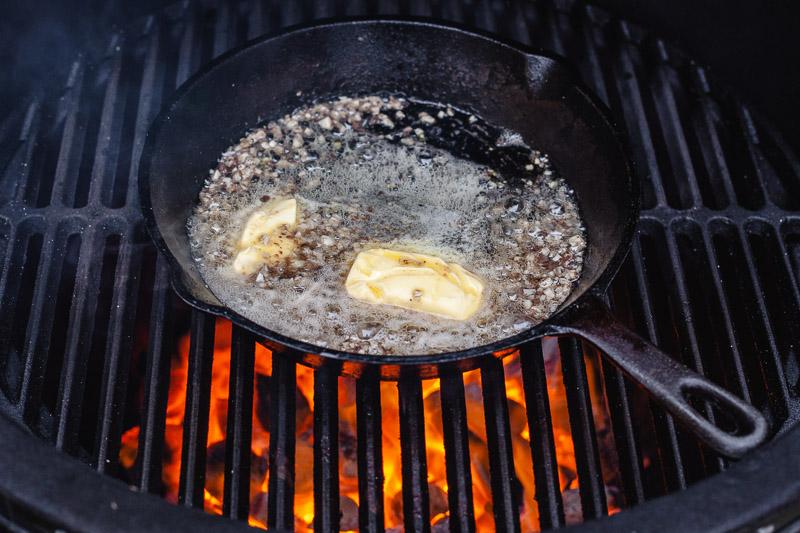 Ansjovis met knoflook en boter in een skillet