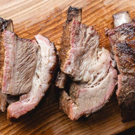 Kalfsshort ribs van de barbecue