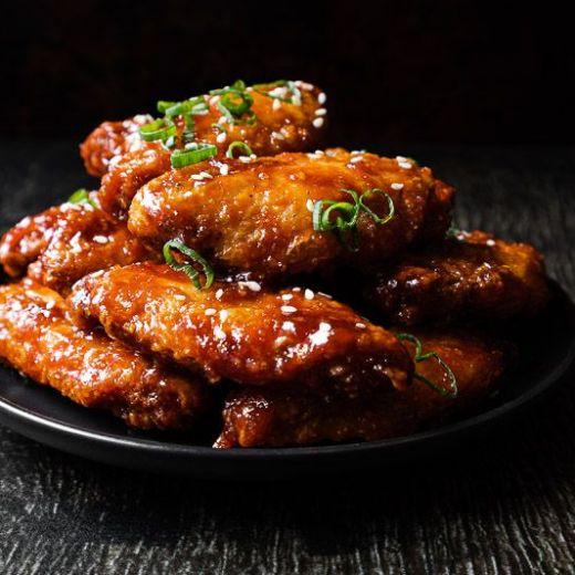Koreaanse krokante kippenvleugels van de barbecue