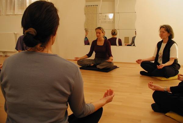 Sabine meditiert in einem verspiegelten Saal