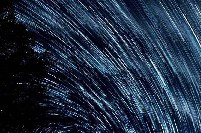 Lichtblitze am Nachthimmel