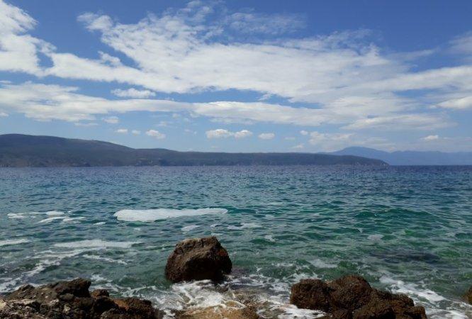 Meer, Felsen, blauer Himmel mit Wolken