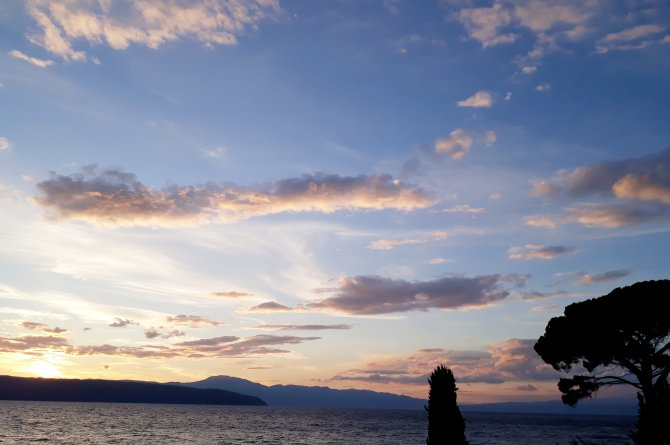 Sonnenuntergang am Meer, rosa Wolken
