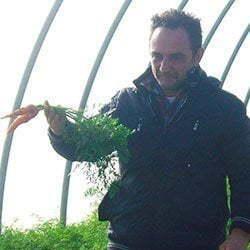 domenico osio mentre raccoglie carote nella sua azienda agricola a Gavardo