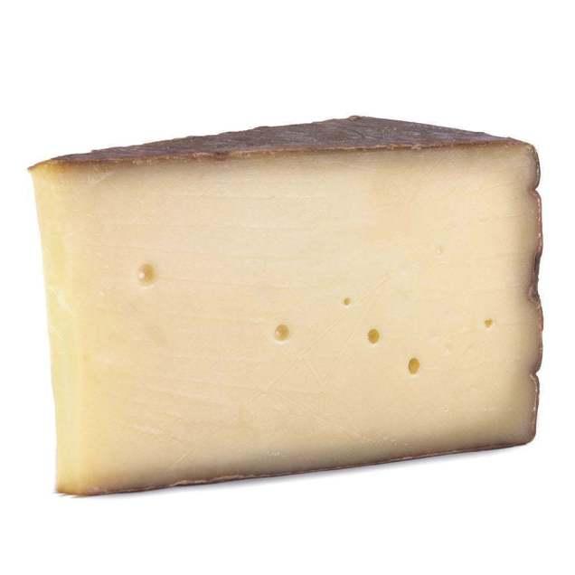 Fetta di formaggio stagionato di mucca razza bruna alpina