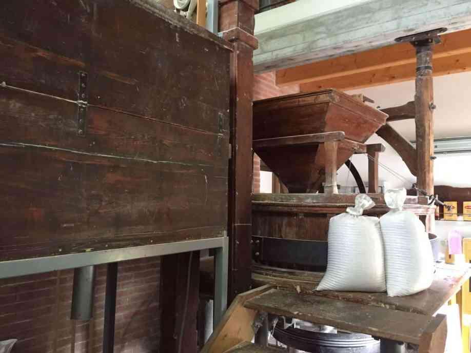 Mulino di bedizzole in legno con sacchi di farina gialla