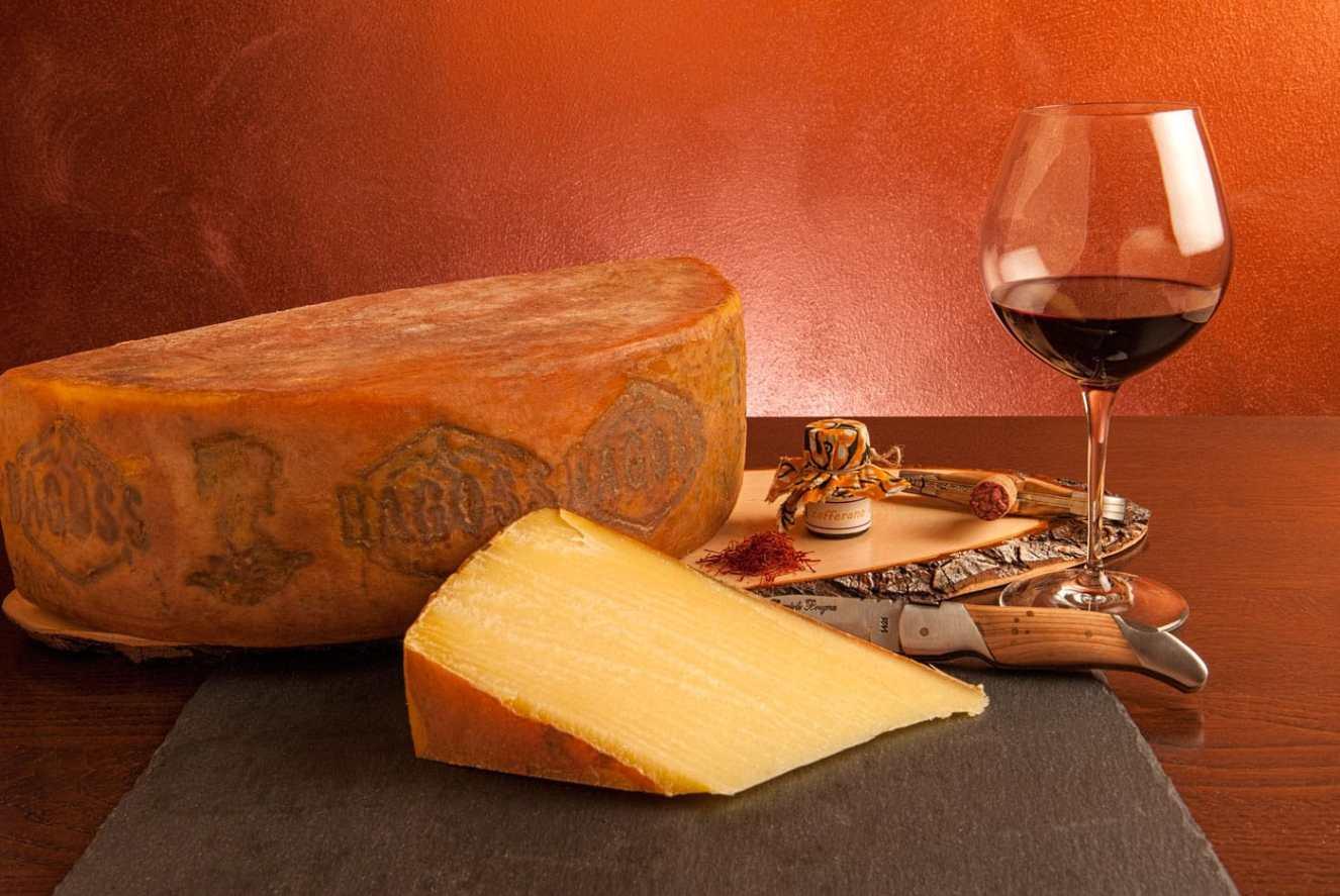 Forma di formaggio stagionato di Bagolino con vino rosso